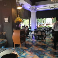 Foto scattata a Chat Lunatique Bistrō Bar da Rodrigo S. il 7/20/2013