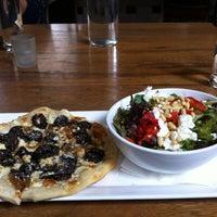 4/7/2013 tarihinde Charles X.ziyaretçi tarafından Purple Café & Wine Bar'de çekilen fotoğraf