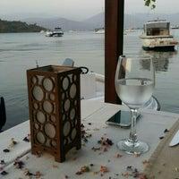 Das Foto wurde bei Fethiye Yengeç Restaurant von Gulsah Y. am 9/8/2015 aufgenommen