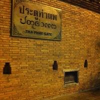 Foto scattata a Tha Phae Gate da Meennie P. il 10/23/2012