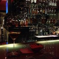 Foto tirada no(a) Burgundy Bar & Lounge por Hana L. em 5/30/2014