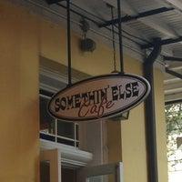 รูปภาพถ่ายที่ Somethin' Else Café โดย Caron H. เมื่อ 10/12/2013