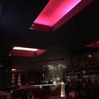Foto tirada no(a) Burgundy Bar & Lounge por Meygga B. em 3/12/2016