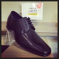 Das Foto wurde bei DSW Designer Shoe Warehouse von Tony C. am 3/11/2015 aufgenommen
