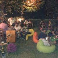 Das Foto wurde bei Chiffre Nargile Cafe von mahirckl am 7/14/2013 aufgenommen