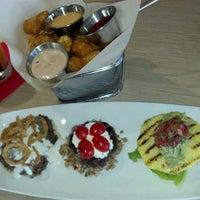 Photo prise au Stax Burger Bistro par Lance R. le9/24/2012