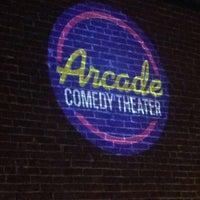 รูปภาพถ่ายที่ Arcade Comedy Theater โดย Whitney L. เมื่อ 5/7/2014