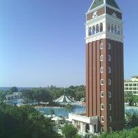 Foto tirada no(a) Venezia Palace Deluxe Resort Hotel por Mehmet  ali U. em 9/26/2013