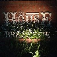 Photo prise au The House Brasserie par Crash Pad le4/30/2013