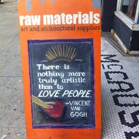Foto tomada en Raw Materials Art Supplies por Clare H. el 3/8/2015