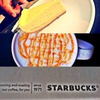 Photo prise au Starbucks par Adel A. le10/16/2013