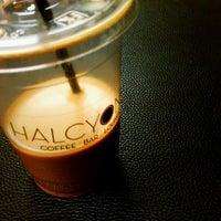 รูปภาพถ่ายที่ Halcyon Coffee, Bar & Lounge โดย JAY J. เมื่อ 2/8/2011