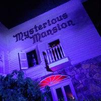 6/20/2013 tarihinde Jenny K.ziyaretçi tarafından Mysterious Mansion'de çekilen fotoğraf