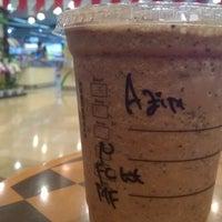 Foto tirada no(a) Starbucks por Azim A. em 8/19/2015