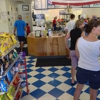 Foto tirada no(a) Oak Island Sub Shop & Salads por Nick N. em 9/1/2013