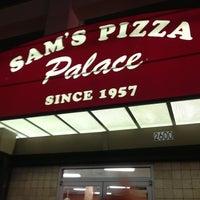Das Foto wurde bei Sam's Pizza Palace von Julia L. am 8/7/2013 aufgenommen
