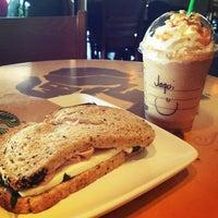 Foto tomada en Starbucks por JaKi G. el 7/27/2013