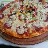 9/7/2013 tarihinde Gizem Ç.ziyaretçi tarafından Pizzacı Altan'de çekilen fotoğraf