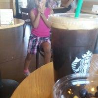 Foto tirada no(a) Starbucks por Tricia C. em 7/6/2014
