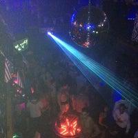 รูปภาพถ่ายที่ Piranha Nightclub โดย Brian Y. เมื่อ 7/7/2013