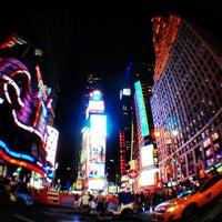 Foto scattata a Times Square da mini_Tanya il 7/4/2013