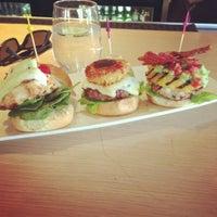 Photo prise au Stax Burger Bistro par Edwin N. le10/30/2012