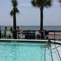 Das Foto wurde bei The Float Pool And Patio Bar von Patrick S. am 7/3/2013 aufgenommen