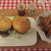 Das Foto wurde bei Laggis Burger & Steaks von Lollies am 2/20/2016 aufgenommen