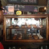 Das Foto wurde bei Dun-Well Doughnuts von Just Jax am 8/25/2013 aufgenommen