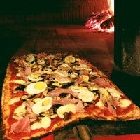 Foto scattata a Gisira Pizza And Drinks da Clara S. il 5/15/2013
