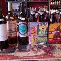 Foto tomada en Rogers Park Fine Wines & Spirits por Scott J. el 6/1/2013
