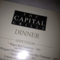 Photo prise au The Capital Grille par Sandra E. le12/9/2012