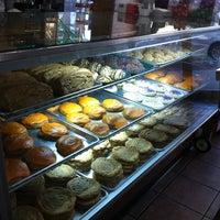 รูปภาพถ่ายที่ Cops & Doughnuts Bakery โดย Kyle S. เมื่อ 5/24/2013