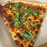 รูปภาพถ่ายที่ DC Slices โดย Cori Sue เมื่อ 12/12/2012