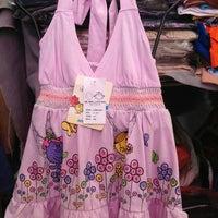 6/21/2013 tarihinde Chatchai J.ziyaretçi tarafından mr.men and little miss เสื้อผ้าเด็ก แบรนด์เนม อายุ 1-12 ปี ลดราคา 50-70% วันศุกร์ เว้นศุกร์ ตลาดข้าง กฟผ.'de çekilen fotoğraf