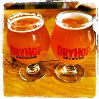 Foto tomada en DryHop Brewers por Katie C. el 6/22/2013