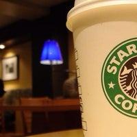 Foto tomada en Starbucks por Raul R. el 6/13/2013