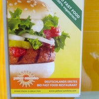 Das Foto wurde bei Yellow Sunshine Burger von avigail a. am 8/8/2013 aufgenommen