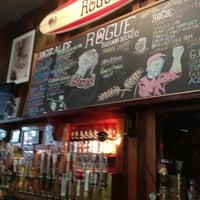 6/23/2013 tarihinde Tom C.ziyaretçi tarafından Rogue Ales Public House & Distillery'de çekilen fotoğraf