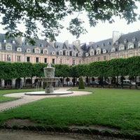 Das Foto wurde bei Place des Vosges von Carolina P. am 5/24/2013 aufgenommen