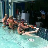 Das Foto wurde bei The Float Pool And Patio Bar von Becky W. am 7/2/2013 aufgenommen