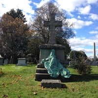 Foto tirada no(a) Green-Wood Cemetery por Jamie em 11/3/2012