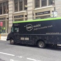 Foto diambil di Taïm Mobile Falafel & Smoothie Truck oleh Sam P. pada 6/26/2013