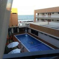 Foto tirada no(a) Bessa Beach Hotel por John W. em 1/2/2014