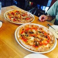 Снимок сделан в Tutta Bella Neapolitan Pizzeria пользователем Charisse J. 6/23/2015