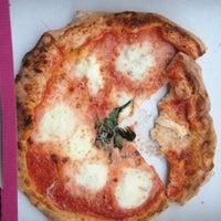 Foto scattata a Gusta Pizza da Shelby C. il 6/3/2013