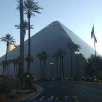 รูปภาพถ่ายที่ Luxor Hotel & Casino โดย CC เมื่อ 7/8/2013