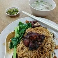 Снимок сделан в Kedai Kopi Tec Le 得利茶餐室 пользователем Christy P. 1/2/2017