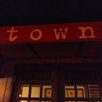 Foto tomada en Town Restaurant por Nick G. el 3/30/2013