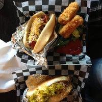 Das Foto wurde bei Biker Jim's Gourmet Dogs von Emilie Z. am 5/31/2013 aufgenommen